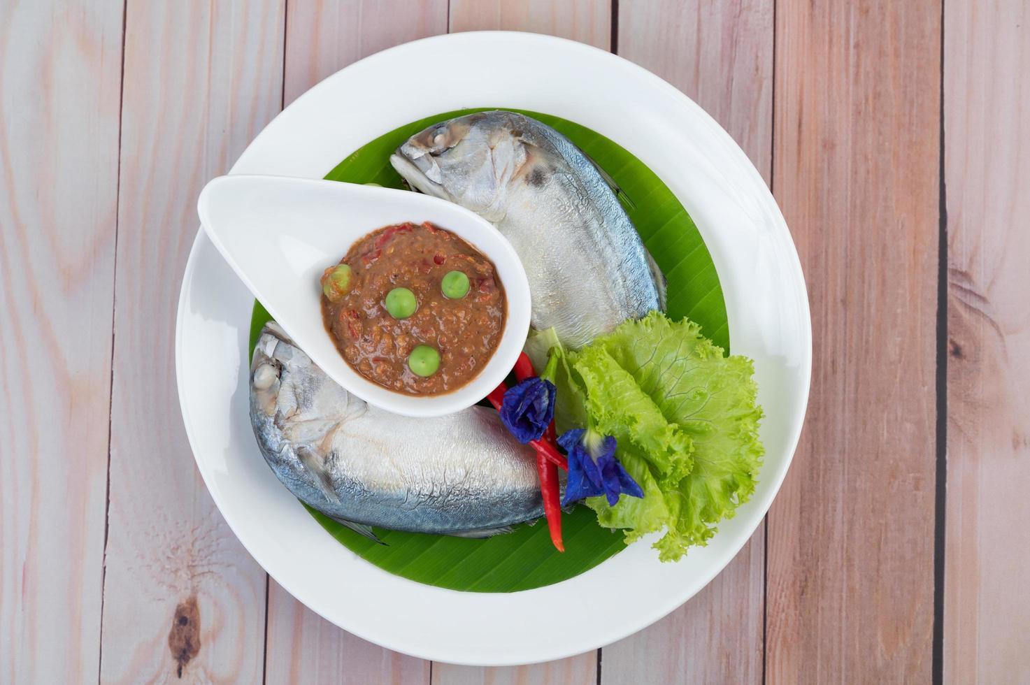 chilipasta in een kom met makreel foto