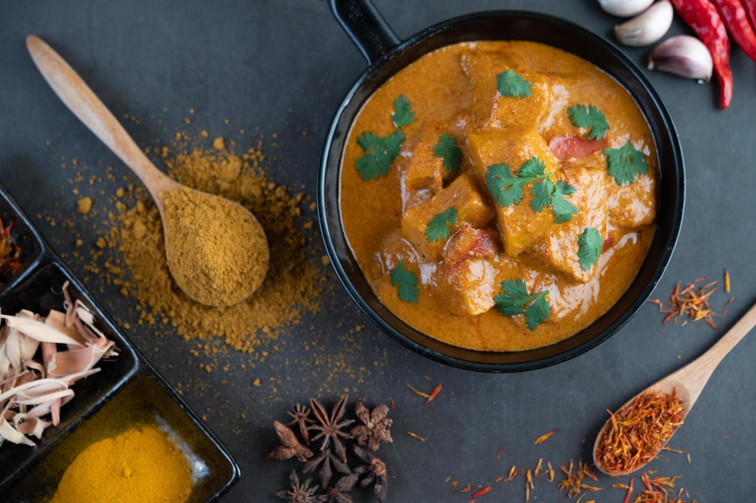 massaman curry met traditionele kruiden foto