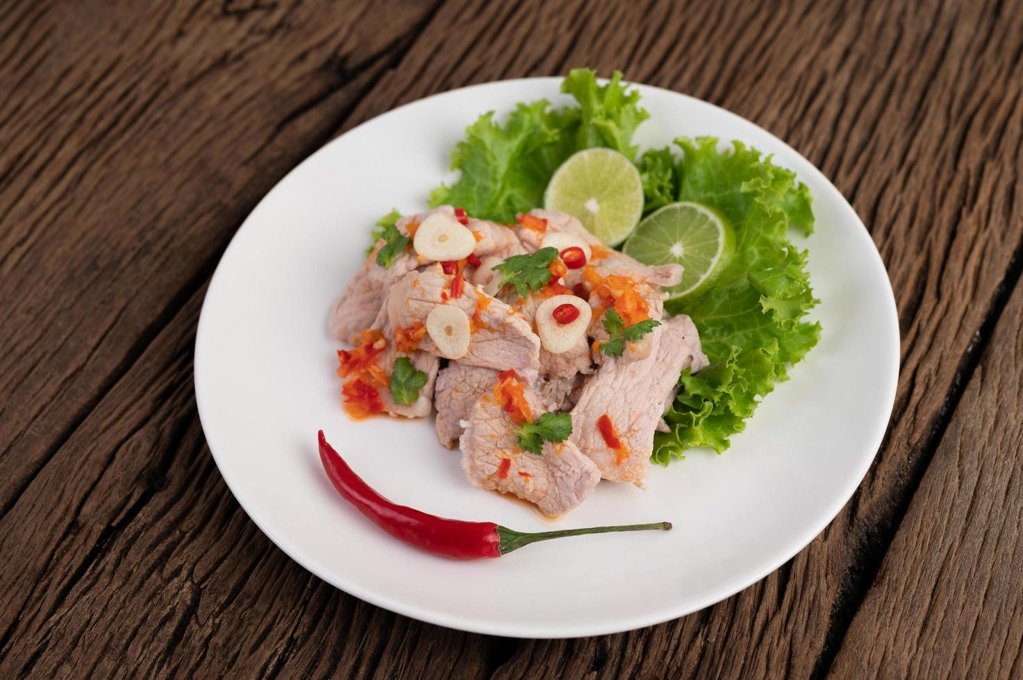 pittig limoenvarkensvlees met salade foto