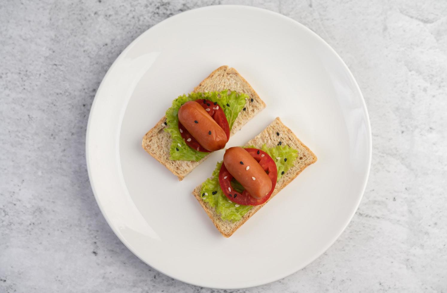 worst met tomaten en salade op brood foto
