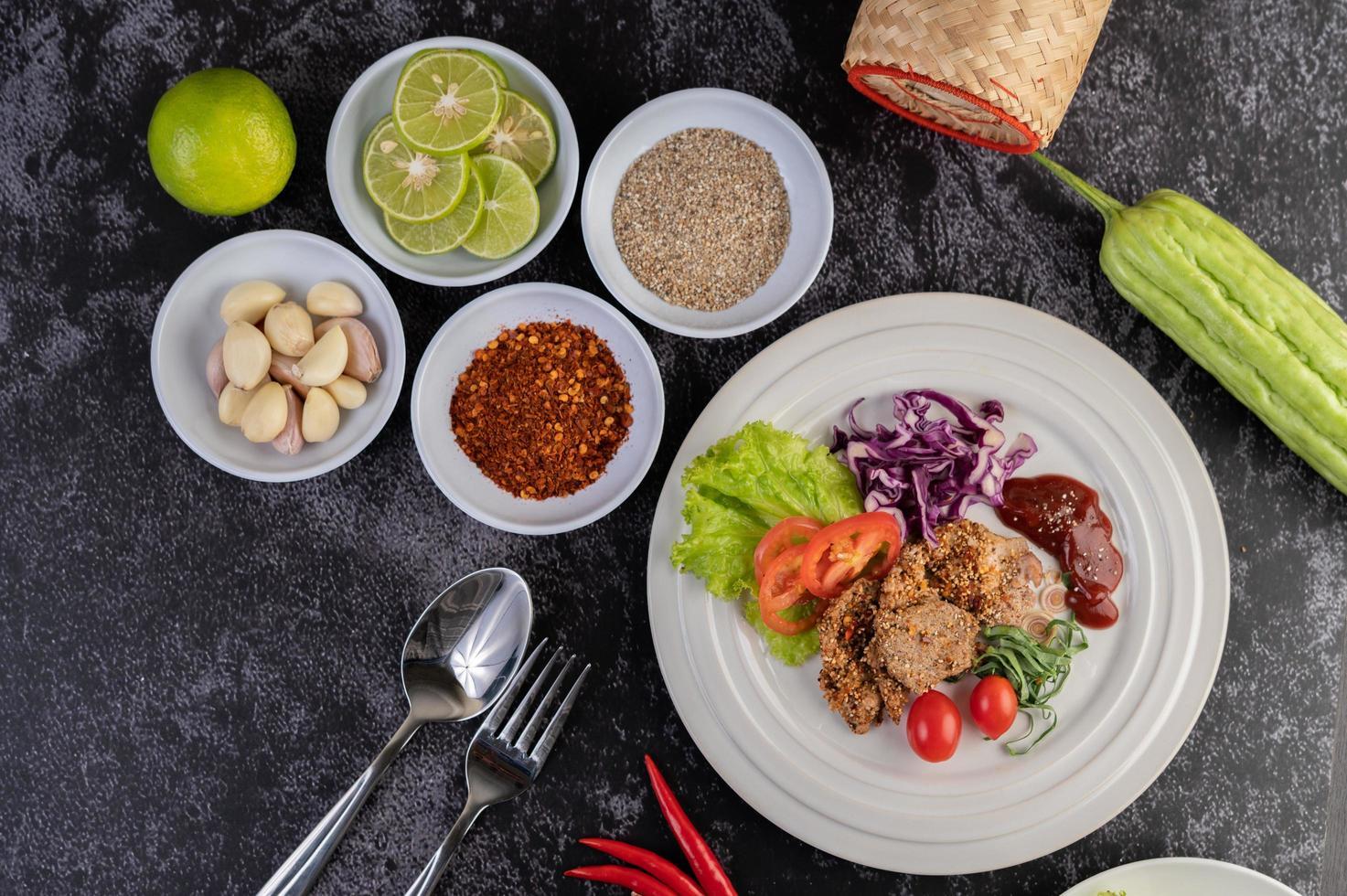 Varkenssalade met laos, paprika, tomaat, citroen en limoen foto