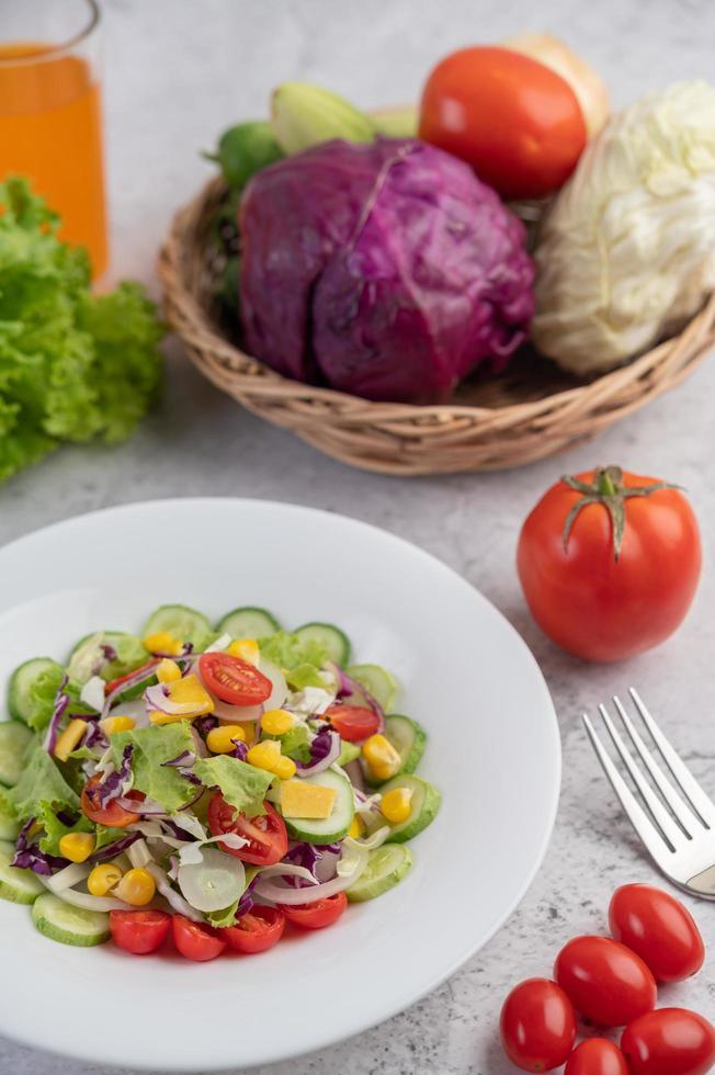 een vergulde salade met groenten foto