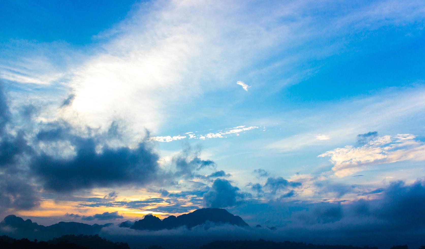 zonsopgang tegen bewolkte blauwe hemel foto