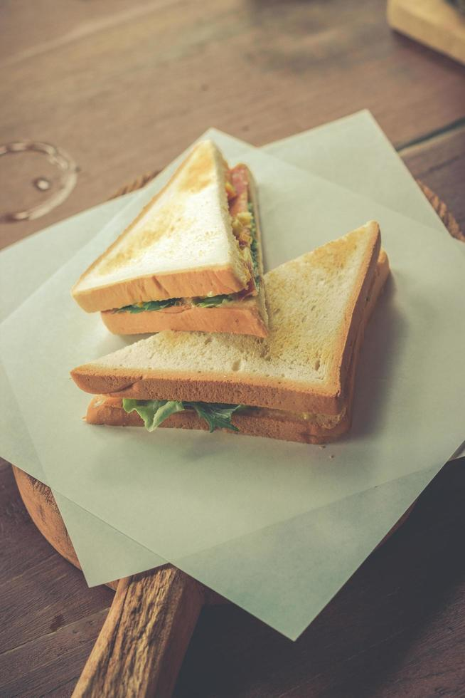 spek en groentesandwich op toast foto