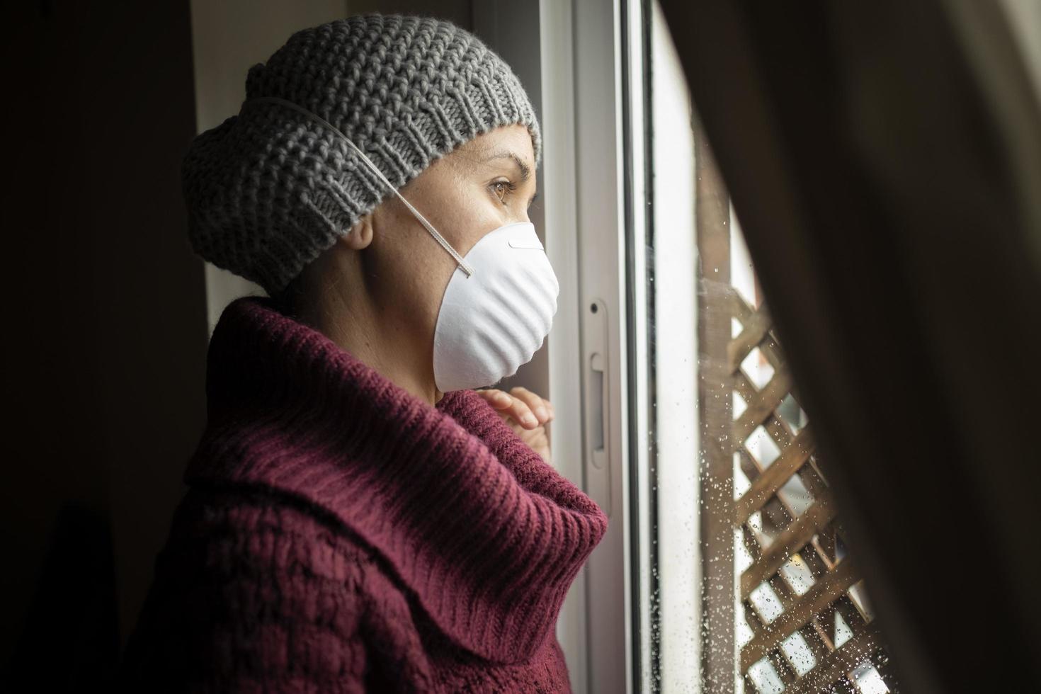 vrouw met gezichtsmaskers binnenshuis thuis, coronavirus en quarantaineconcept foto