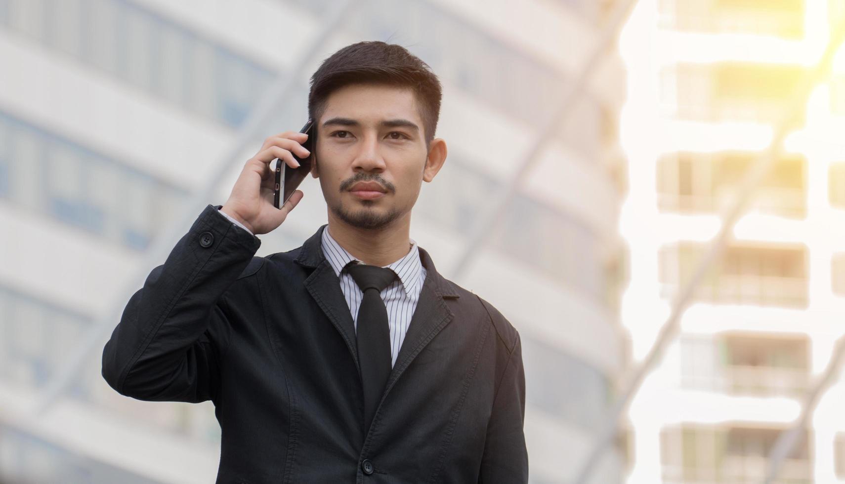Aziatische zakenman praten over de telefoon foto