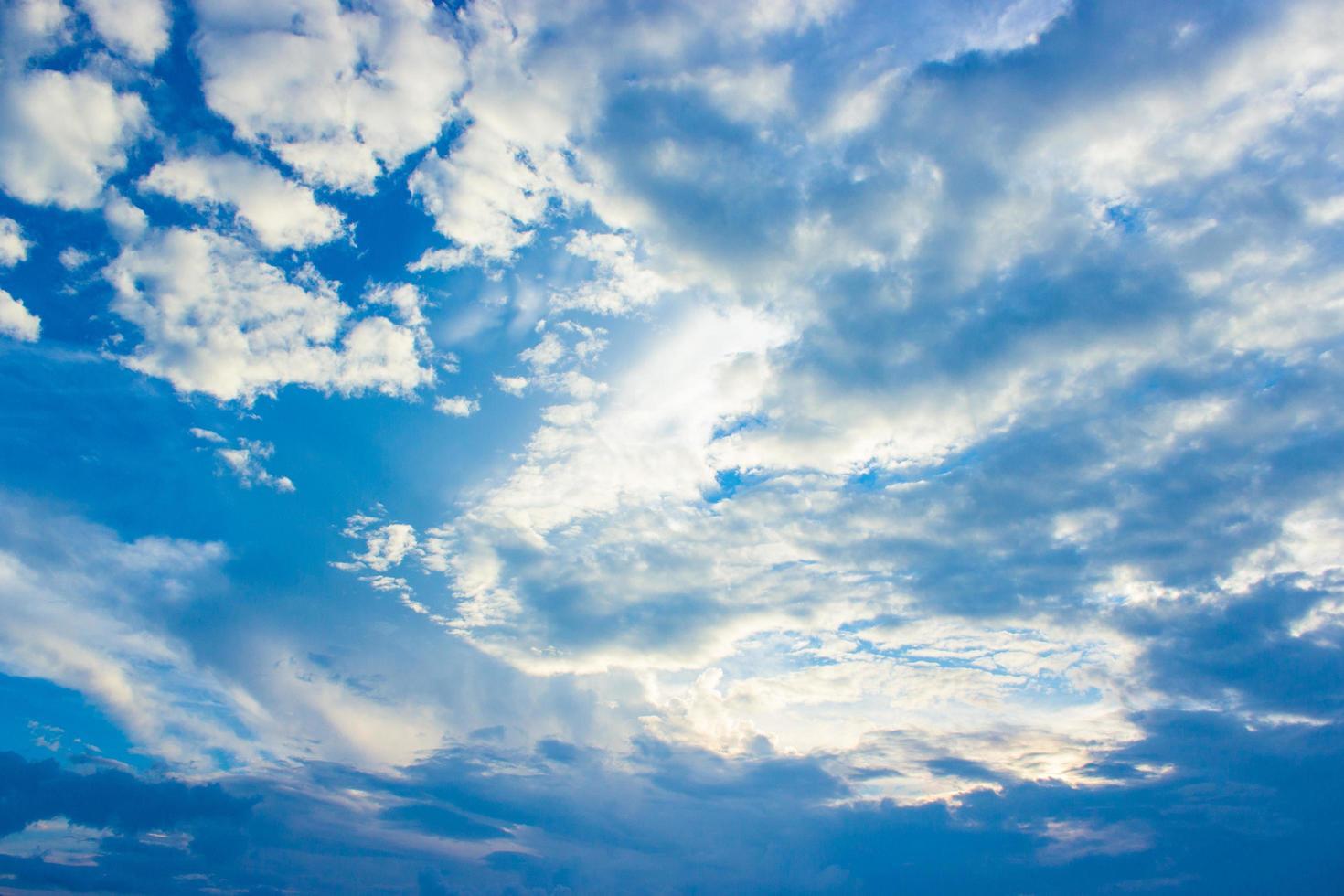 bewolkte blauwe hemel foto