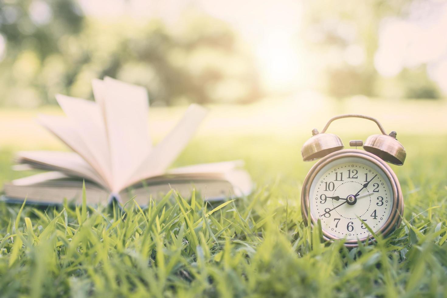 wekker en boek in het park foto