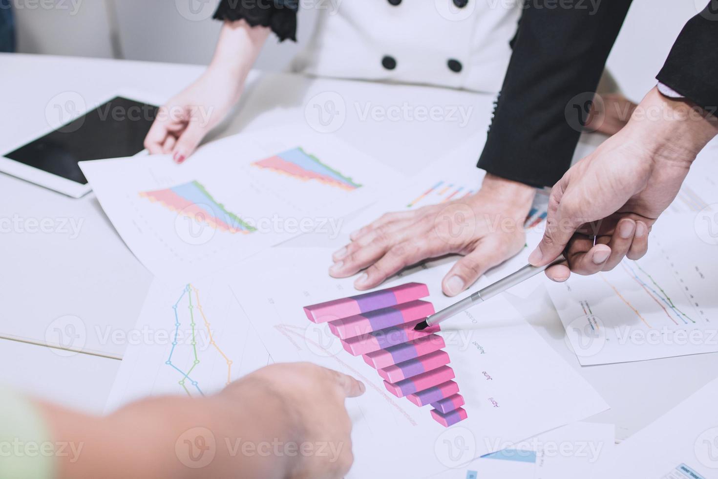 business team brainstormen met grafieken foto