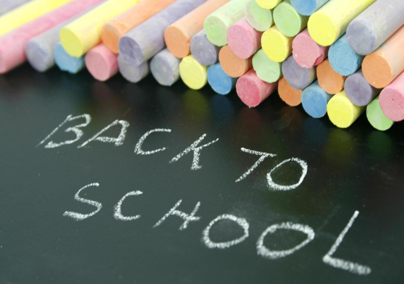 schoolbord met kleurrijk krijt foto