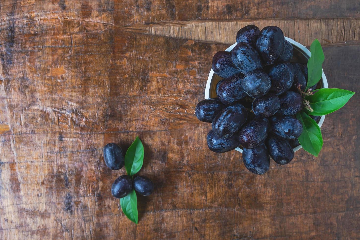 bovenaanzicht van zwarte druiven foto