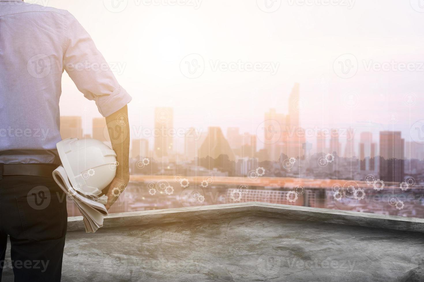 skyline van de stad bedekt met versnellingspictogrammen foto