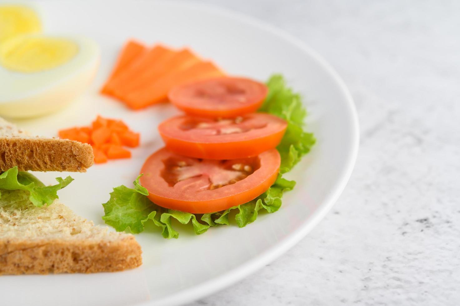 gekookt ei met tomaten en wortelen foto
