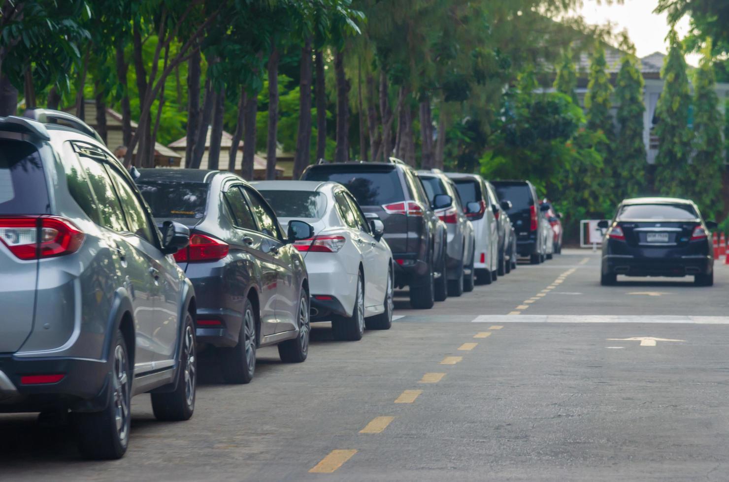 auto's geparkeerd langs de weg foto