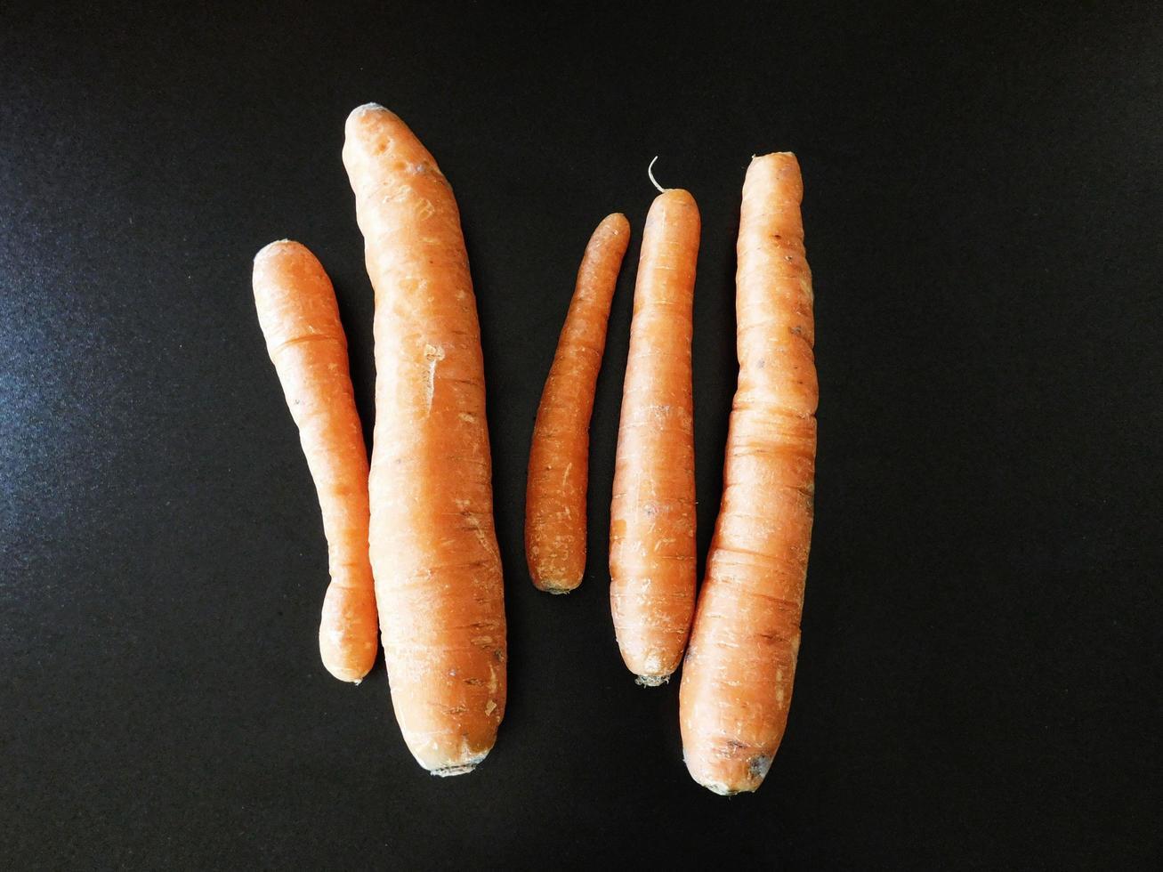 wortelen op het aanrecht foto