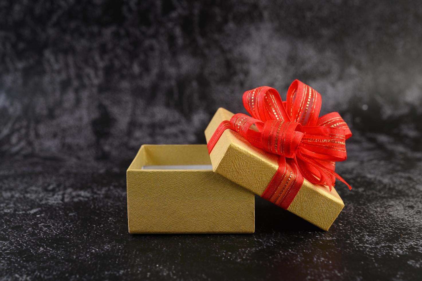 geschenkdoos met een rode strik vastgebonden en geopend foto