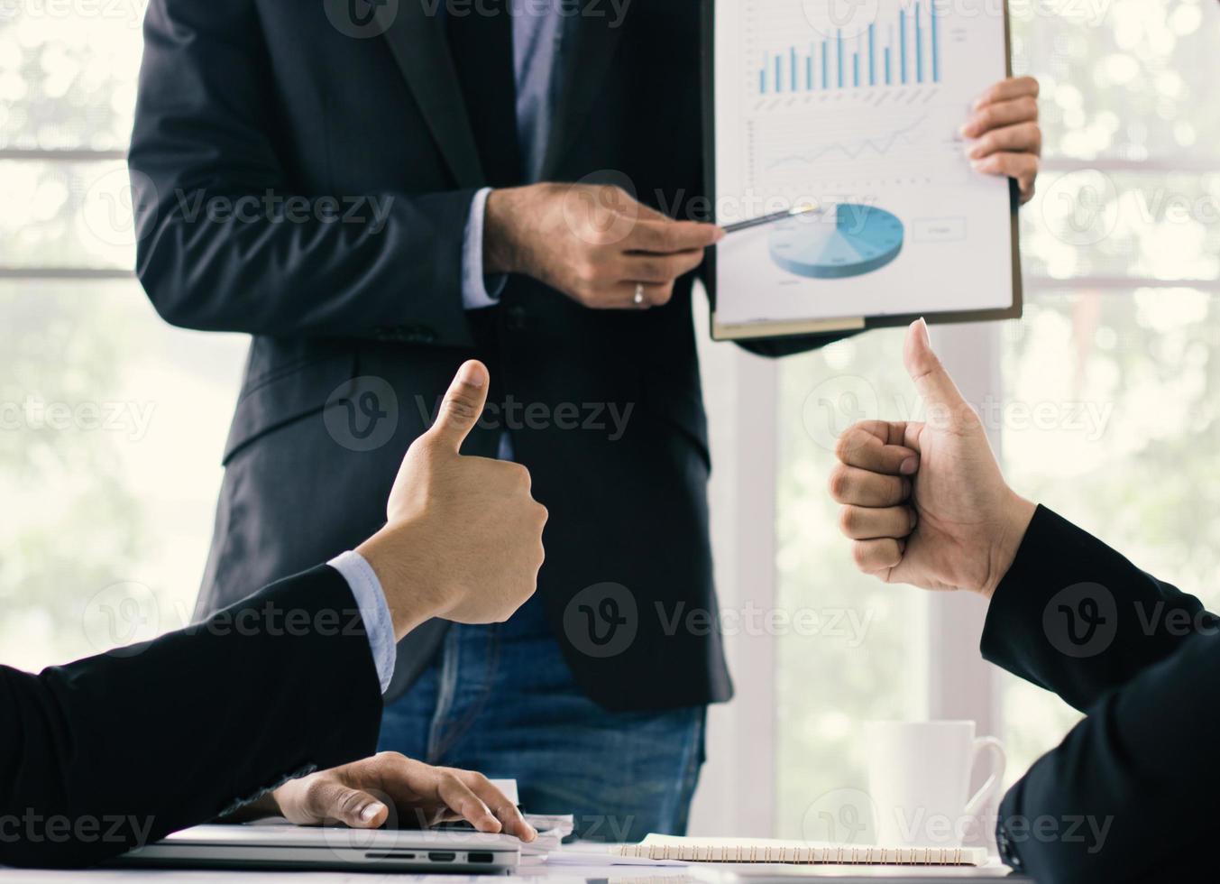 mensen uit het bedrijfsleven kijken naar een grafiek foto