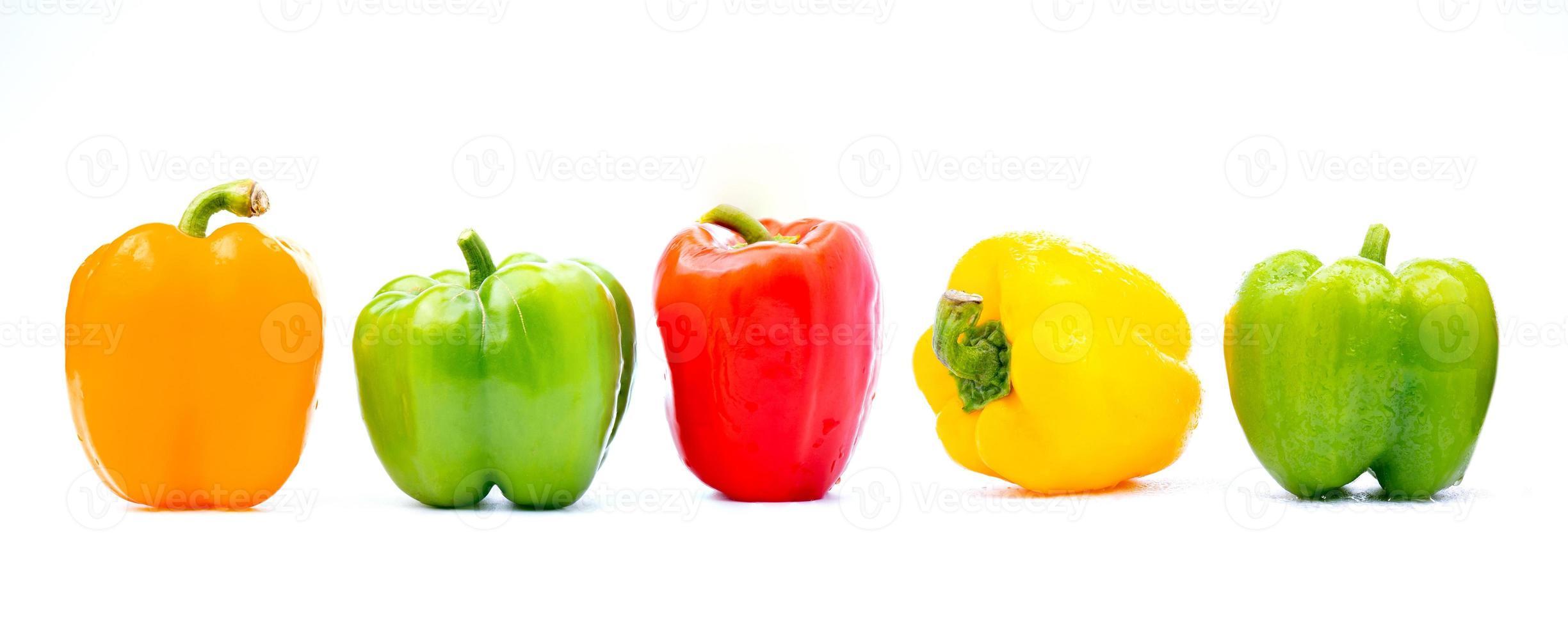 kleurrijke paprika op witte achtergrond foto