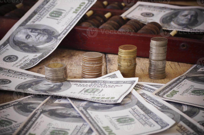 munten en geld op een houten tafel foto