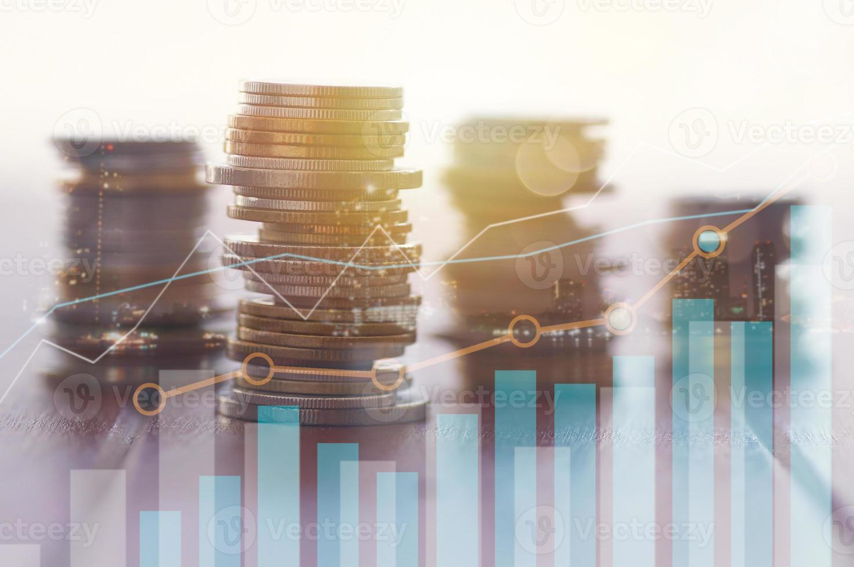 stapel munten met grafieken en cijfers foto