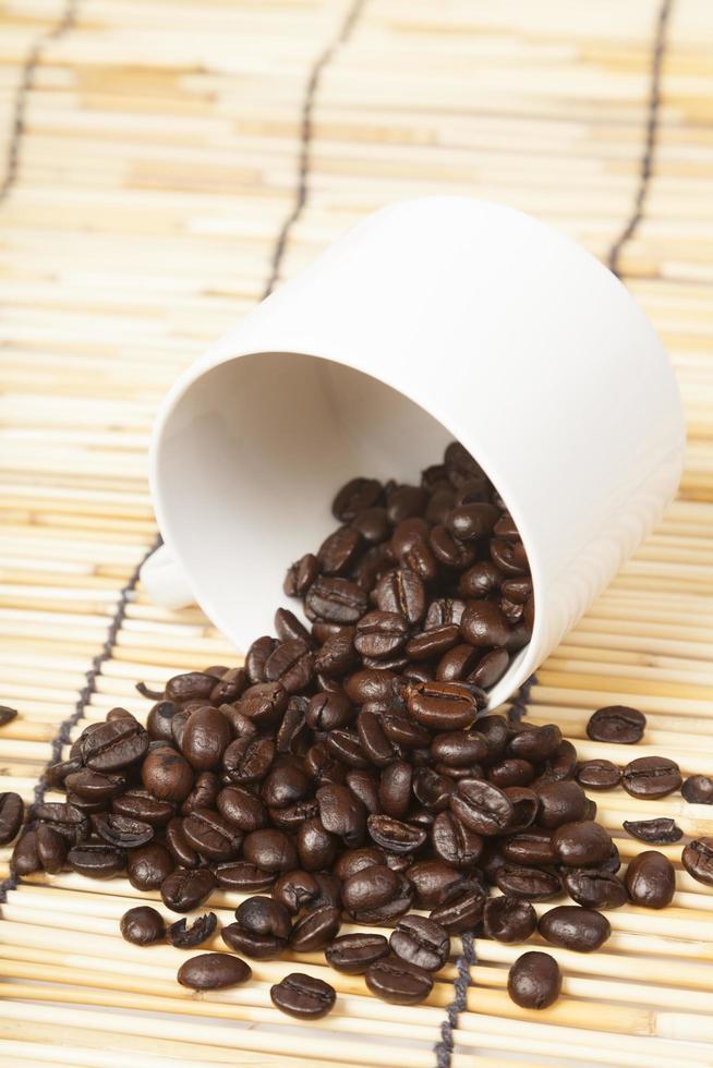 witte koffiekopje met koffiebonen foto