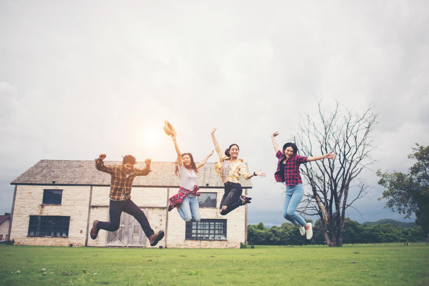 gelukkige groep tiener studenten samen springen in een park foto