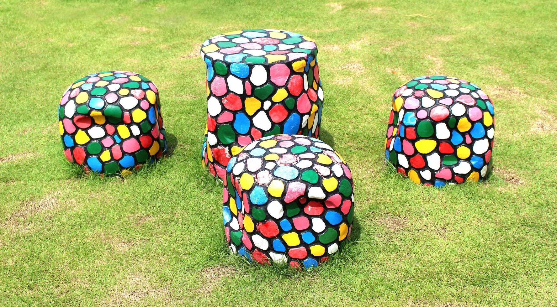 set tafel en stoelen op groen gras foto