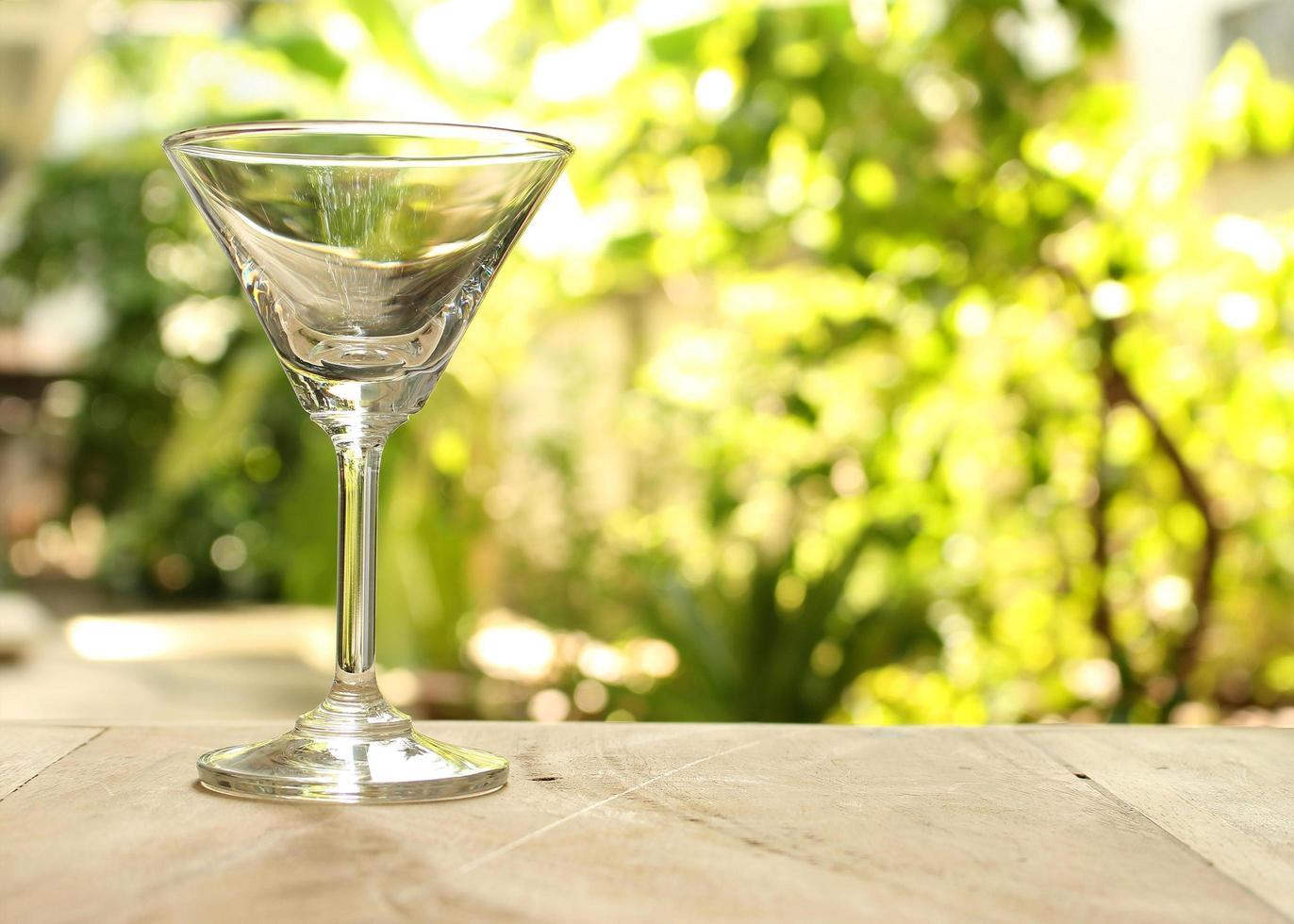 leeg martiniglas buiten foto