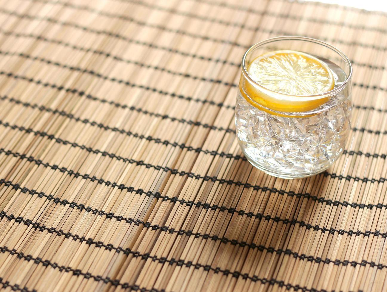 glas water op tafel foto