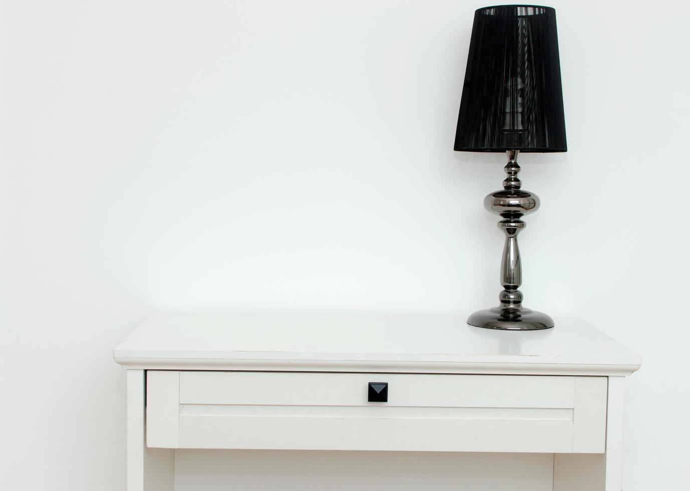 zwarte lamp op wit dressoir foto