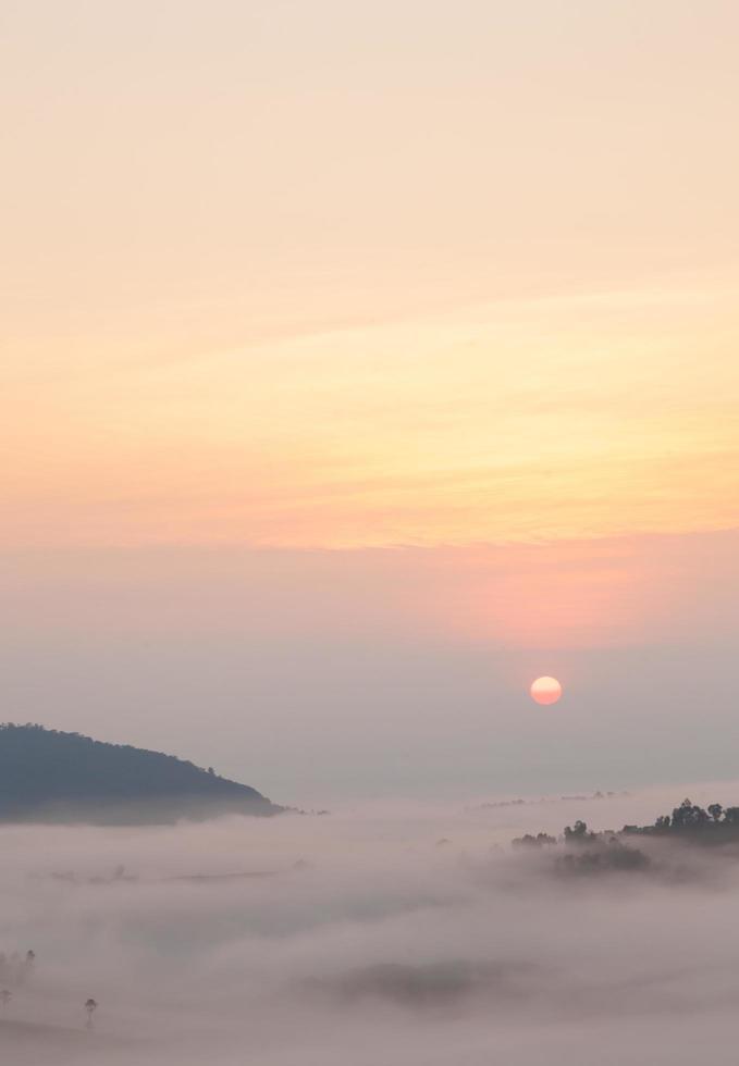 zonsopgang en met mist bedekte bergen foto