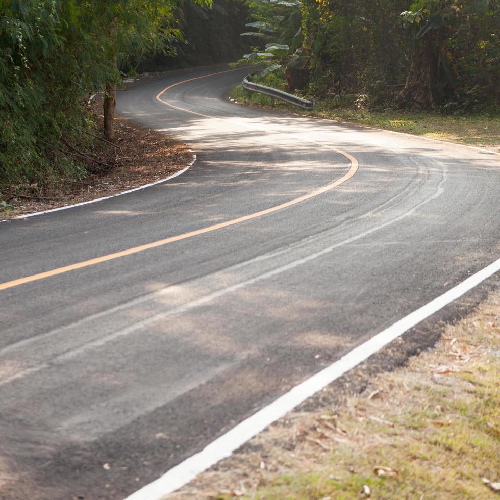 bochtige weg in Thailand foto