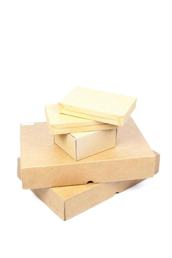 bruine dozen papier op een witte achtergrond foto