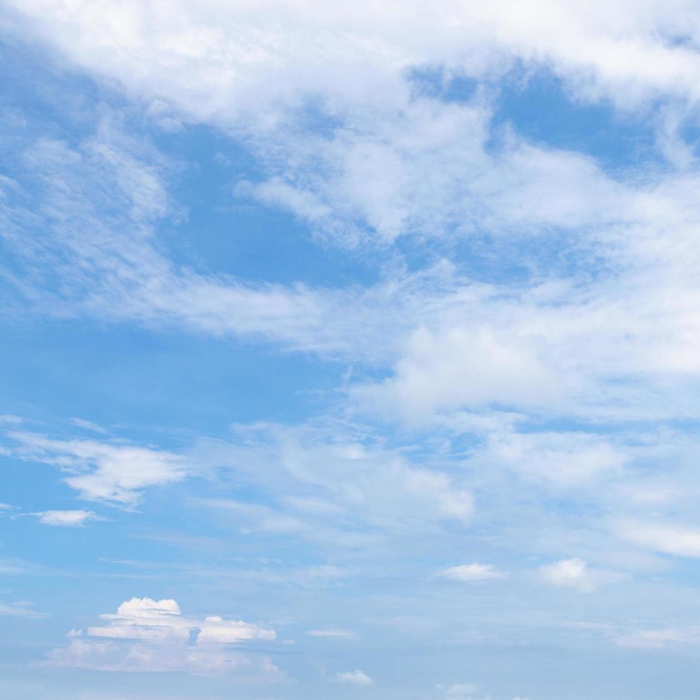 blauwe lucht en wolken foto