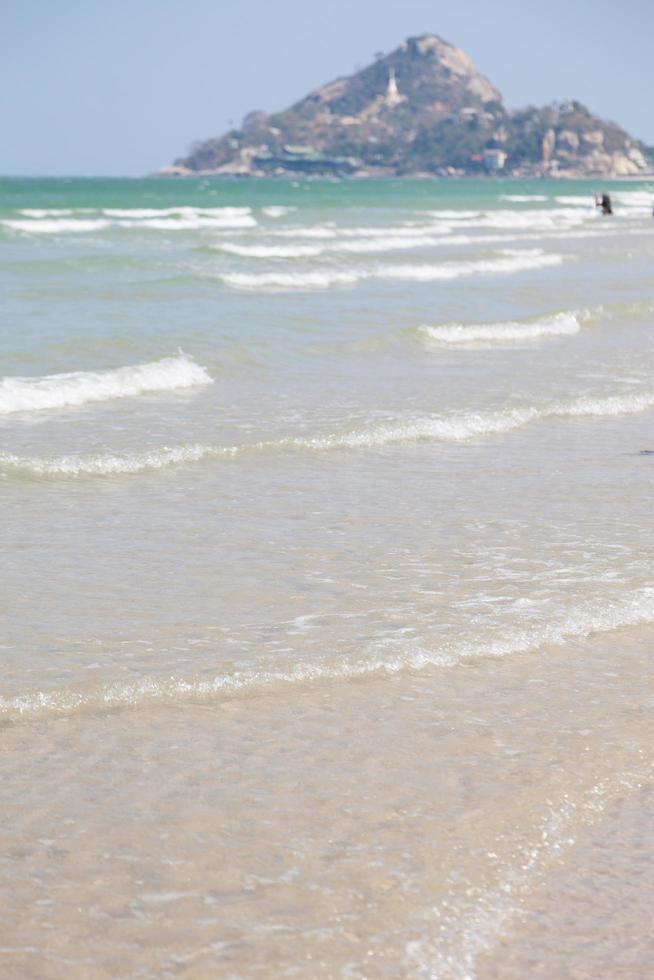 oceaangolven die op het strand breken foto