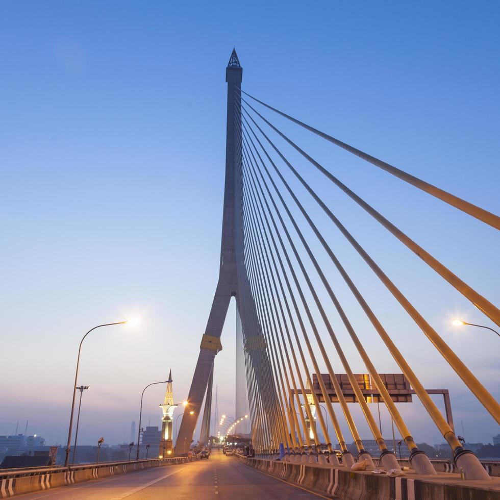 rama viii-brug in bangkok bij zonsopgang foto
