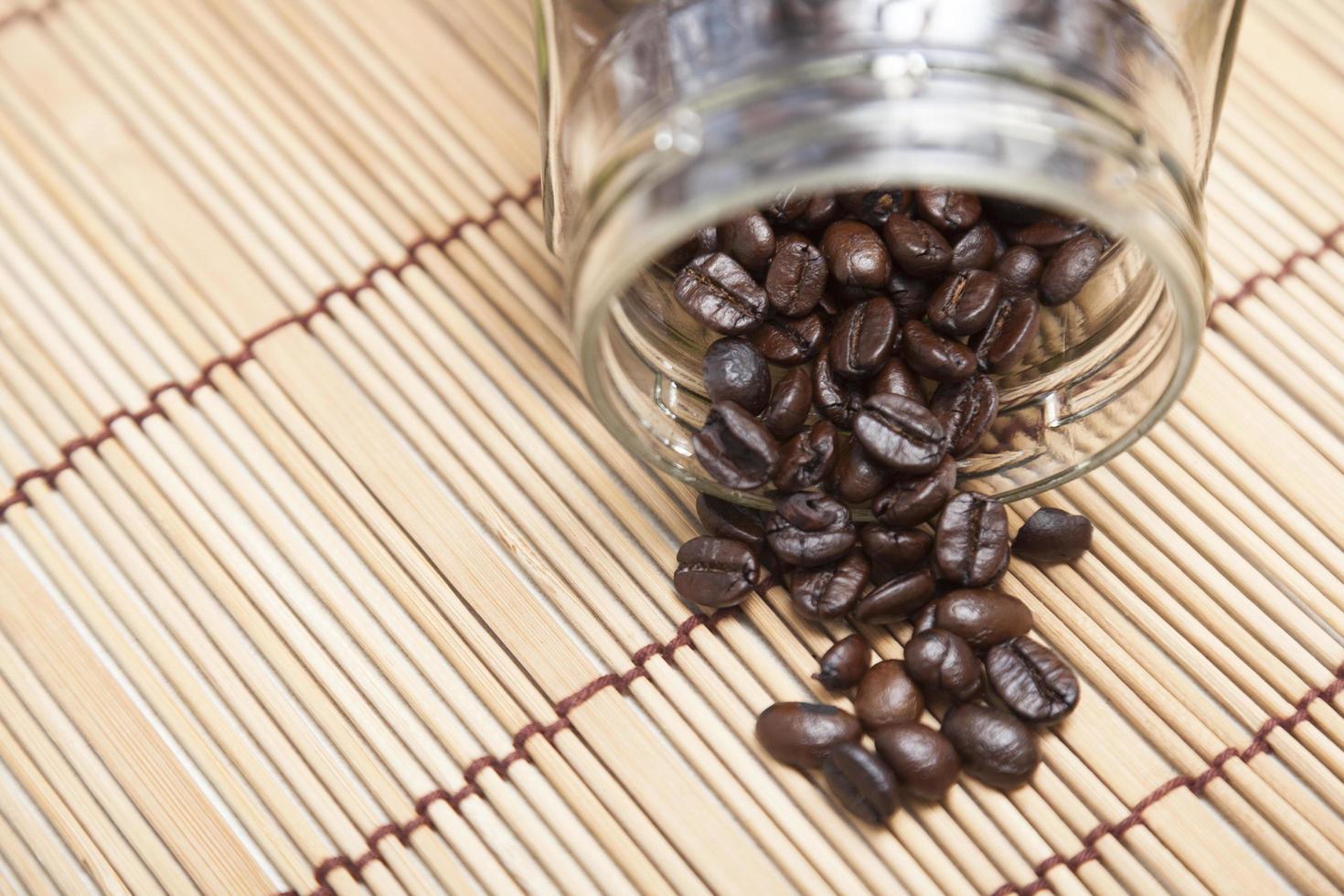 koffiebonen die uit de fles zijn gemorst foto