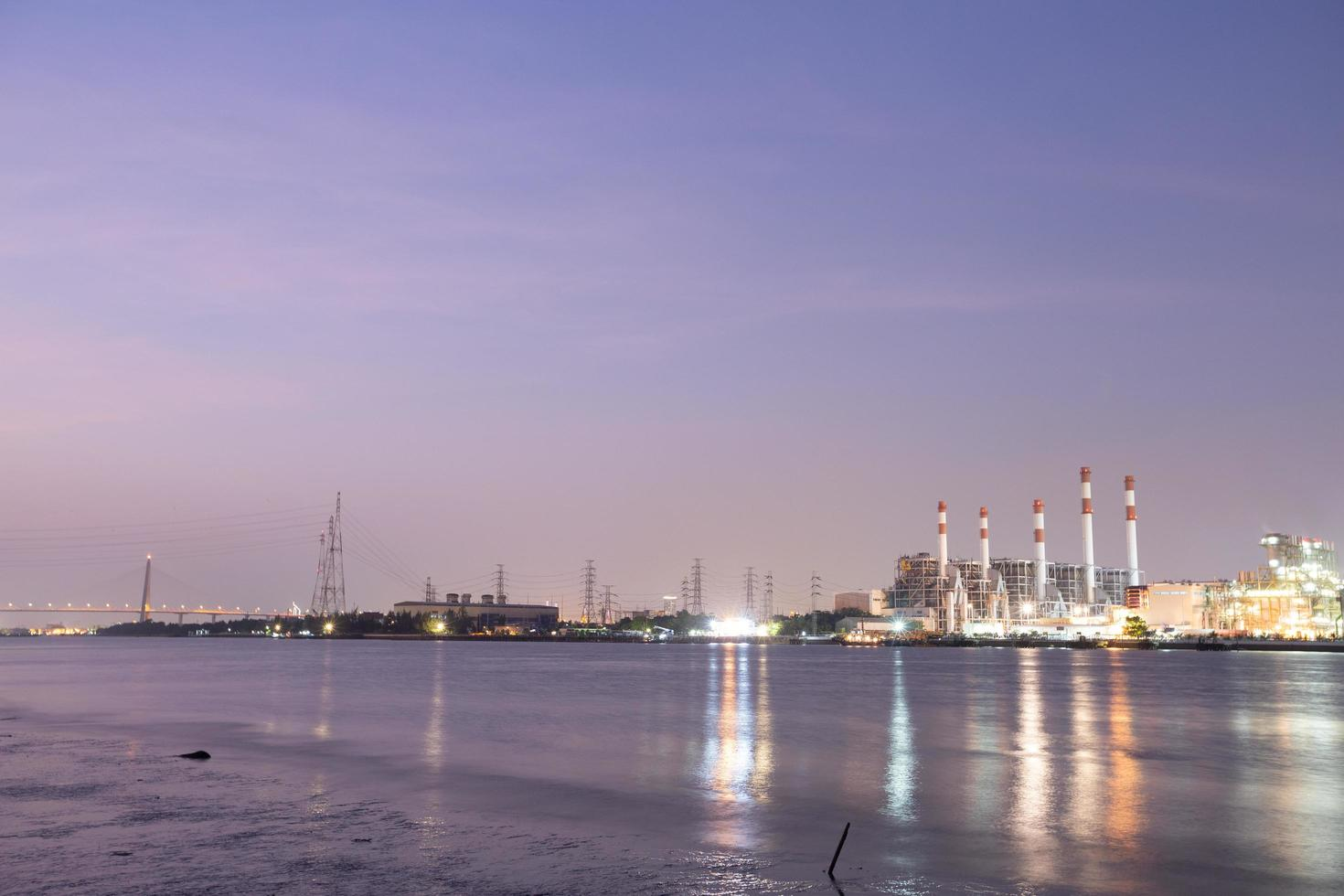 elektriciteitscentrale in bangkok bij zonsondergang foto