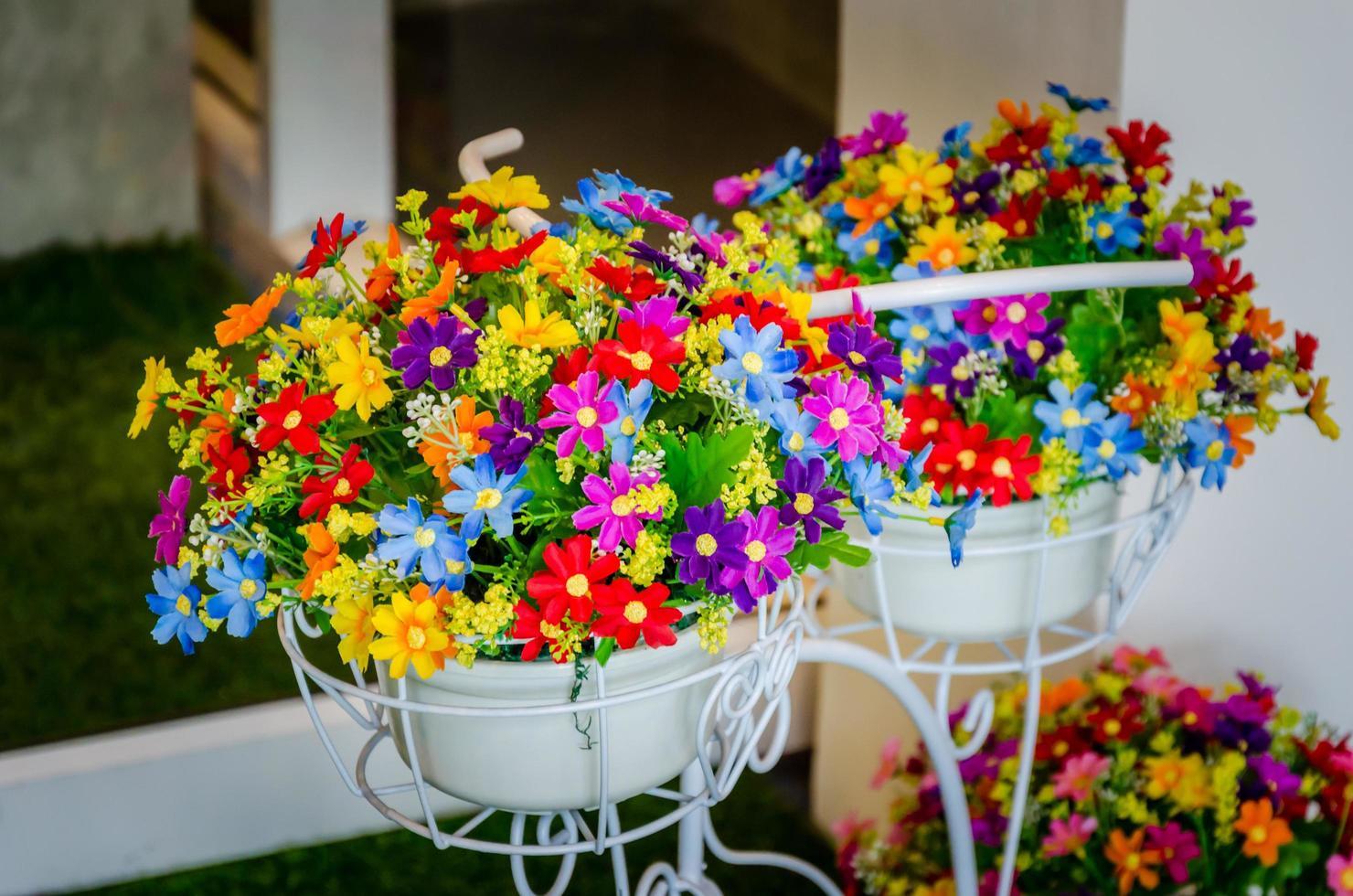 kleurrijke lente bloempotten in wit foto