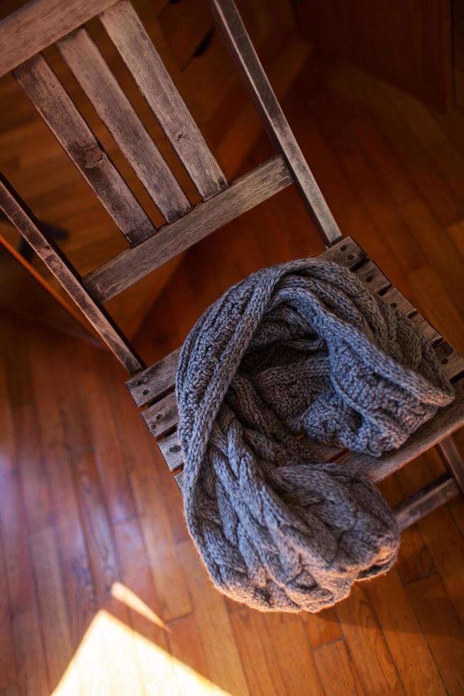 wollen sjaal liggend op houten stoel foto