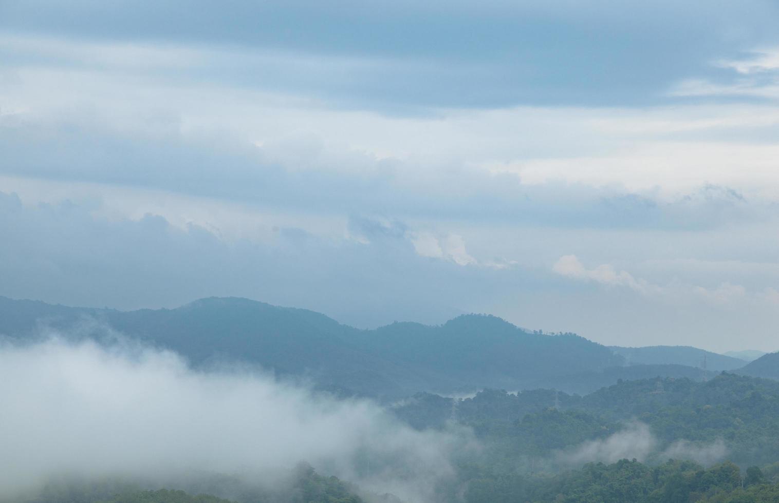mist over de bergen foto