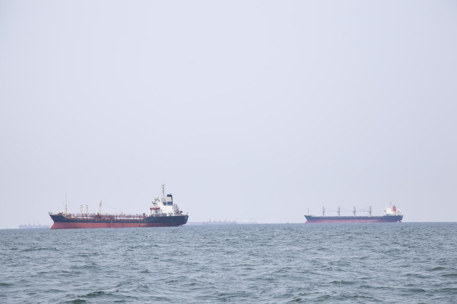 grote vrachtschepen op zee foto