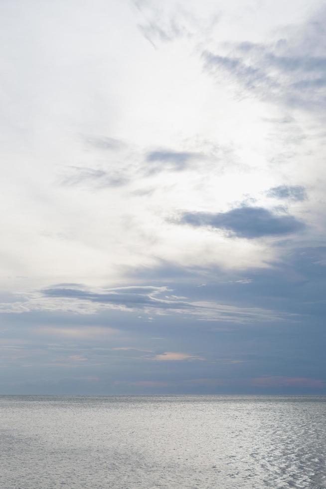 zee en bewolkte hemel foto