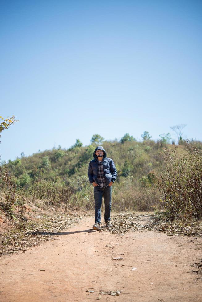 wandelaar met rugzak wandelen door bos genieten van avontuur op vakantie foto