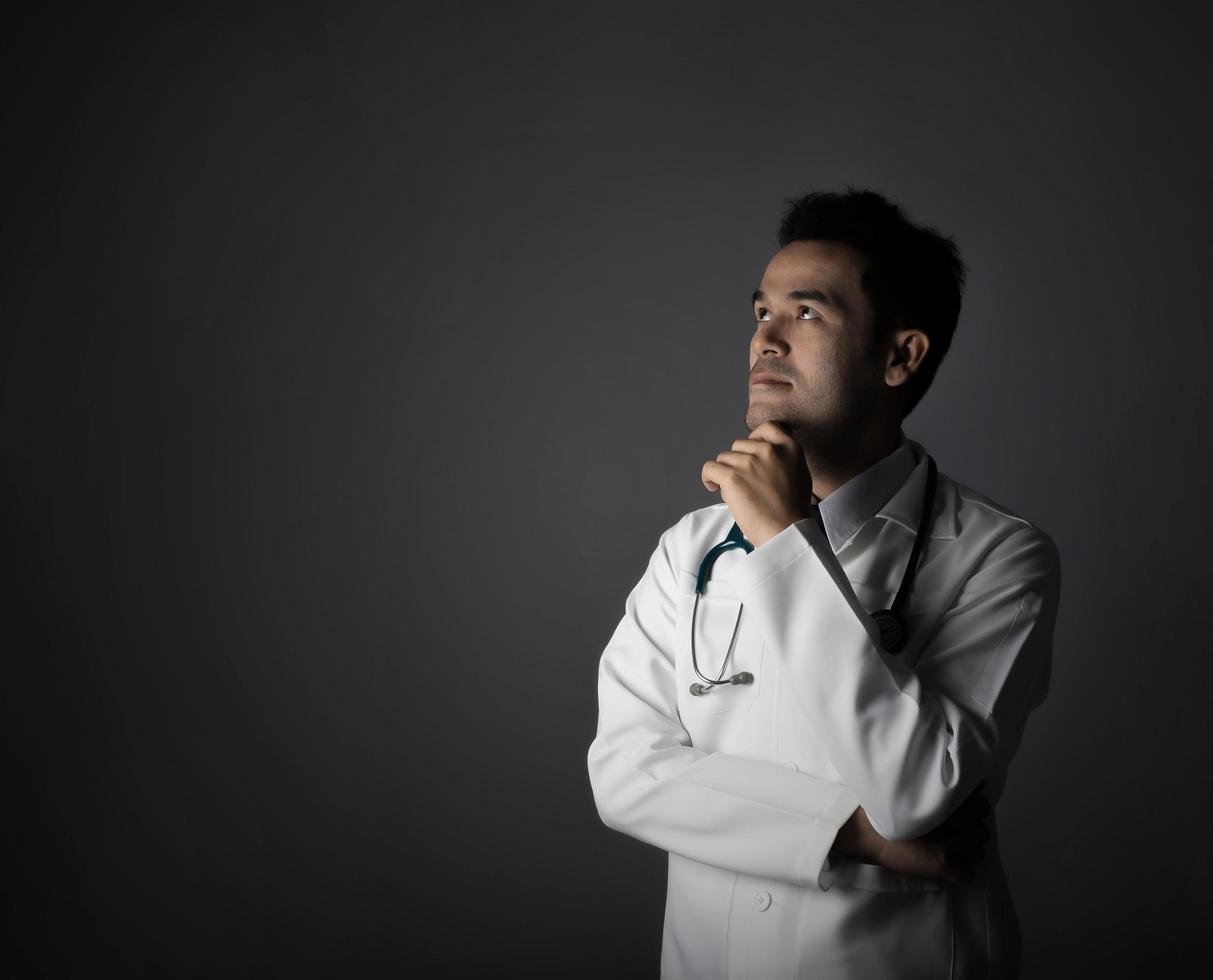arts met een stethoscoop geïsoleerd op een grijze achtergrond foto