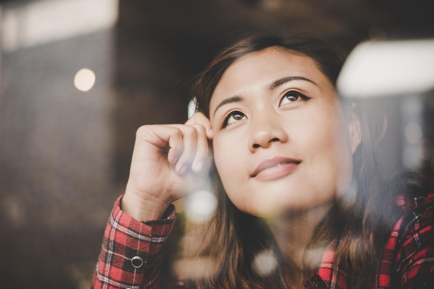 gelukkige vrouw ontspannen in een café foto