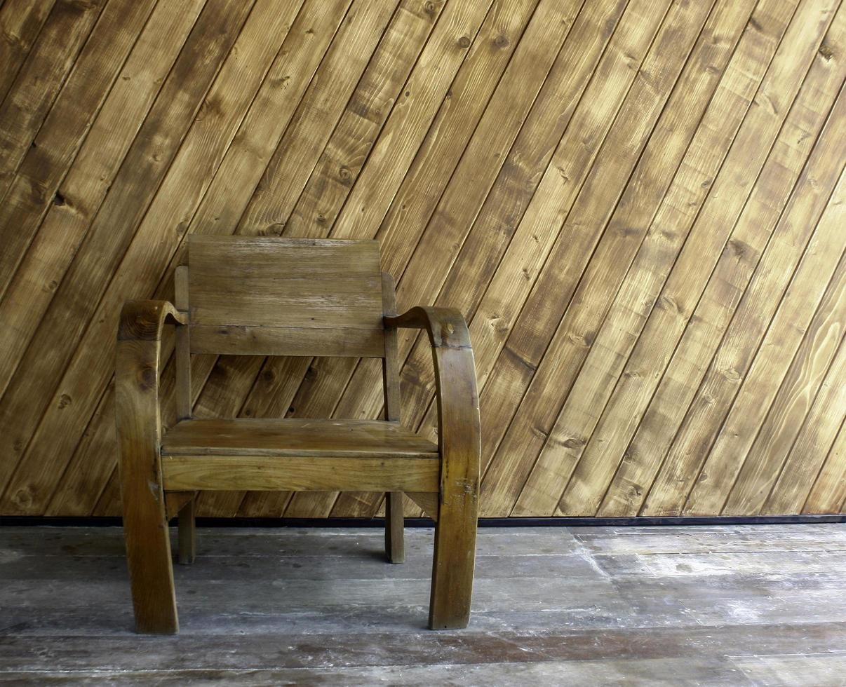 houten stoel buiten foto