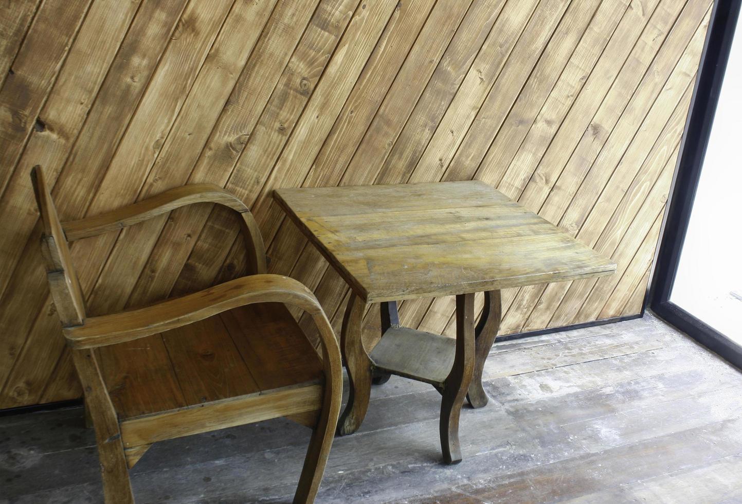 stoel en tafel bij raam foto