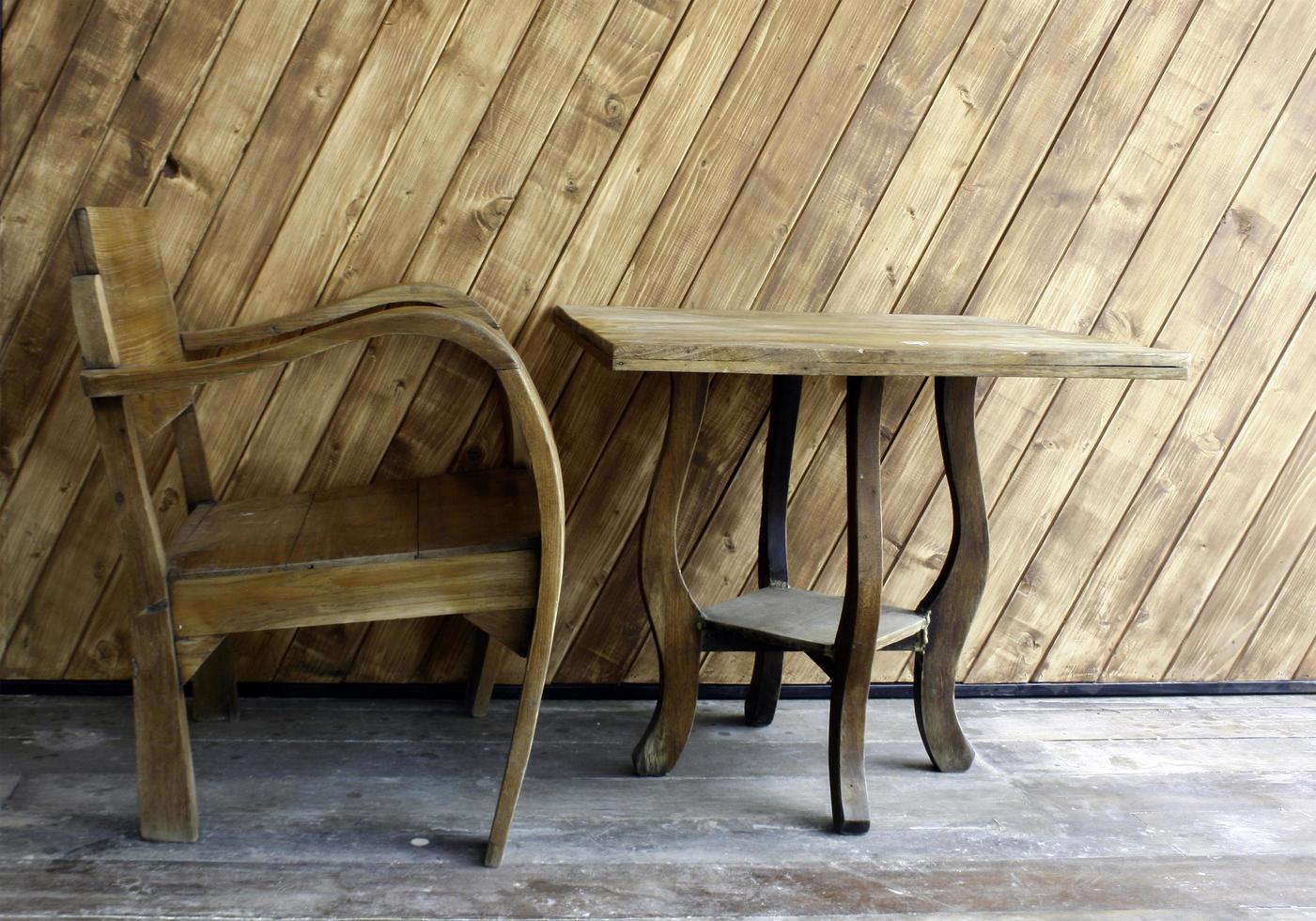 natuurlijke houten tafel en stoel foto