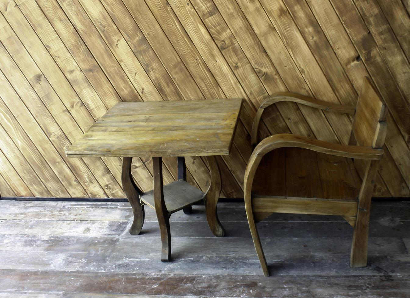 houten tafel en stoel foto